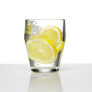 water_glass_with_lemon